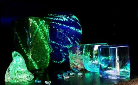光る琉球ガラスのコップ